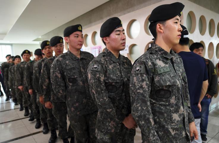 """กลุ่มสิทธิจี้เกาหลีใต้ยกเลิกกฎหมายห้าม """"กิจกรรมรักร่วมเพศ"""" ในกองทัพ"""