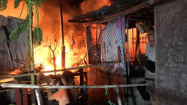 ไฟไหม้บ้านใกล้ตลาดวัดธาตุหนองคาย   เจ้าของบ้านหมดตัวทรัพย์สินไฟไหม้หมด