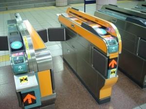 ช่องตรวจตั๋วสีส้มสำหรับเปลี่ยนสายระหว่างรถไฟของ Tokyo Metro ภาพจาก https://ssl.tokyometro.jp/