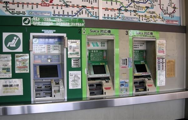 เครื่องขายตั๋วอัตโนมัติของบริษัทรถไฟ JR ภาพจาก https://mapio.net/pic/p-68921907/