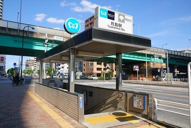 ตัวอย่างสถานีรถไฟใต้ดิน Tsukishima ที่มีทั้งรถไฟของ Tokyo Metro และ Toei วิ่งผ่าน สังเกตว่ามีโลโก้ของรถไฟใต้ดินทั้งสองบริษัทอยู่ที่ป้าย ภาพจาก http://town.ietan.jp/