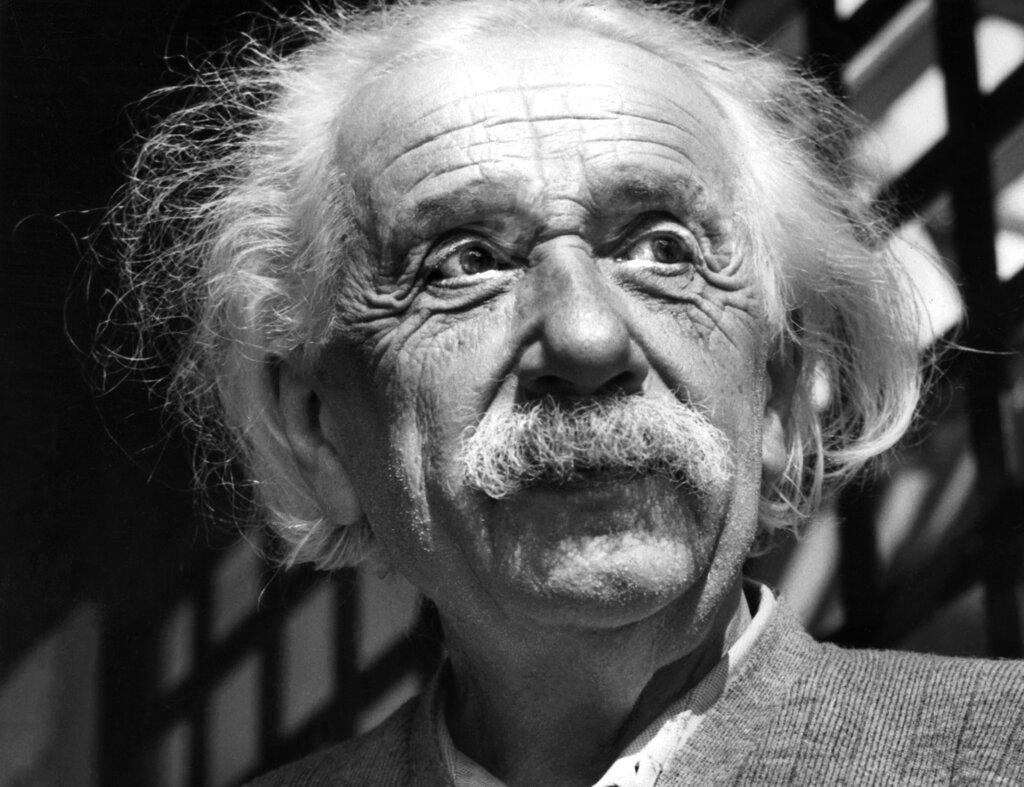 ภาพไอน์สไตน์เมื่อปี 1954 ณ พรินซ์ตัน นิวเจอร์ซี สหรัฐฯ (AP Photo, File)