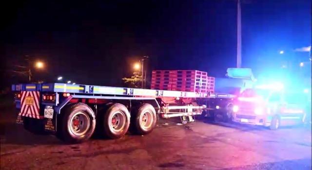หวิดสยอง !!รถ 6 ล้อพุ่งข้ามฝั่งชนรถพ่วง 18 ล้อ บนถนน สายอุทัย – ภาชี  คนขับทั้ง 2 คันติดภาย