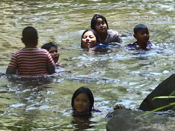 ชาวสะเดาหนีร้อนลงเล่นน้ำในธารที่ไหลมาจากน้ำตกผาดำอย่างสนุกสนาน