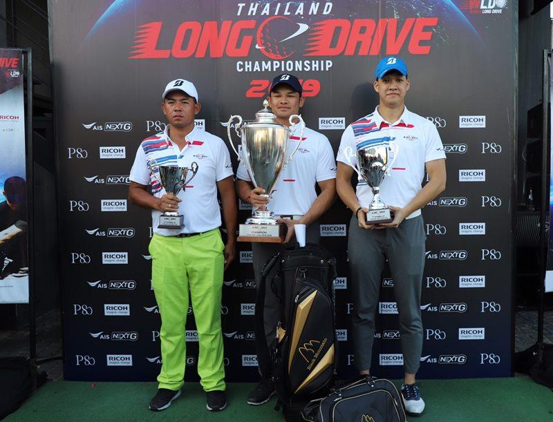 แชมป์และรองแชมป์การแข่งขัน ไทยแลนด์ ลอง ไดร์ฟ แชมเปี้ยนชิพ 2019 (จากซ้าย) กัมปนาท วงศ์อนุ อันดับ 3, อิทธิศาสตร์ ดำเลิศ ชนะเลิศ และ อารยะ โรจนะภิรมย์ อันดับ 2