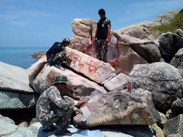 นักท่องเที่ยวมือบอนพ่นสีสเรย์บนหินริมหาดขอม เจ้าหน้าที่เร่งทำความสะอาด