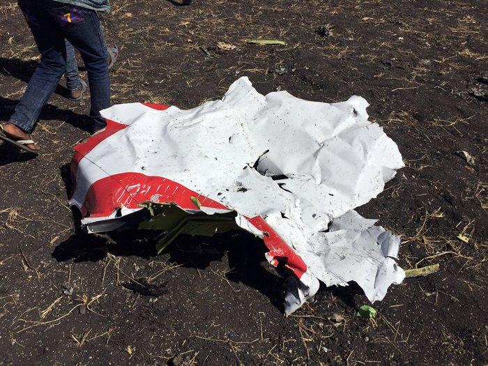 <i>เศษชิ้นส่วนเครื่องบินชิ้นหนึ่งซึ่บนในสถานที่เที่ยวบิน ET302 ตก </i>
