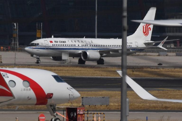 <i>เครื่องบินโบอิ้ง 737 แม็กซ์8 ลำหนึ่งของสายการบินแอร์ไชน่า จอดอยู่ที่ท่าอากาศยานกรุงปักกิ่งในวันจันทร์ (11 มี.ค.) อันเป็นวันหนึ่งทางการจีนออกคำสั่งให้สายการบินของแดนมังกรทุกแห่งระงับการใช้เครื่องบินรุ่นนี้เอาไว้เป็นการชั่วคราว </i>