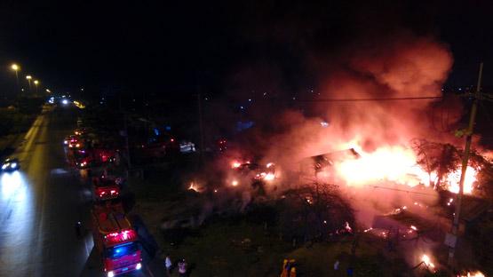 ไฟไหม้ร้านค้าริมถนน ย่านคูบางหลวง วอดทั้งหลัง