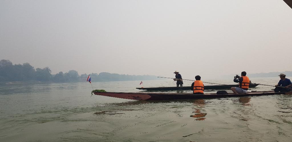 นักท่องเที่ยวล่องเรือประมง ชมบรรยากาศริมน้ำโขงและวิถีชีวิตชาวประมงเชียงคาน