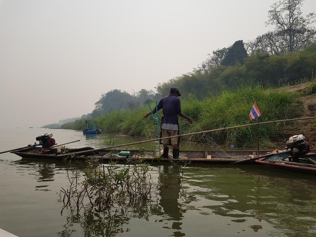 บรรยากาศริมน้ำโขงและวิถีชีวิตชาวประมงเชียงคาน ที่นักท่องเที่ยวจะได้ชมระหว่างล่องเรือ