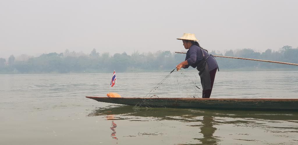 วิถีชีวิตชาวประมงเชียงคานที่นักท่องเที่ยวได้ชมอย่างใกล้ชิด โดยชาวประมงกำลังสาว มอง สำหรับหาปลา