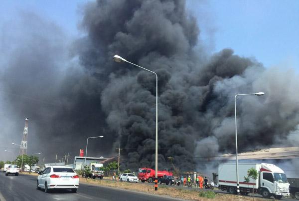 ระทึก! เพลิงเผาโรงงานเก็บพลาสติกเก่าโคราชวอด ควันดำพวยพุ่งปกคลุมท้องฟ้าเป็นบริเวณกว้าง