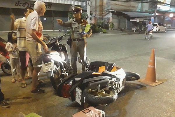 นักท่องเที่ยวชาวต่างชาติขี่จักรยานยนต์ ชนประสานงากันบาดเจ็บ 2 รายกลางเมืองเพชร