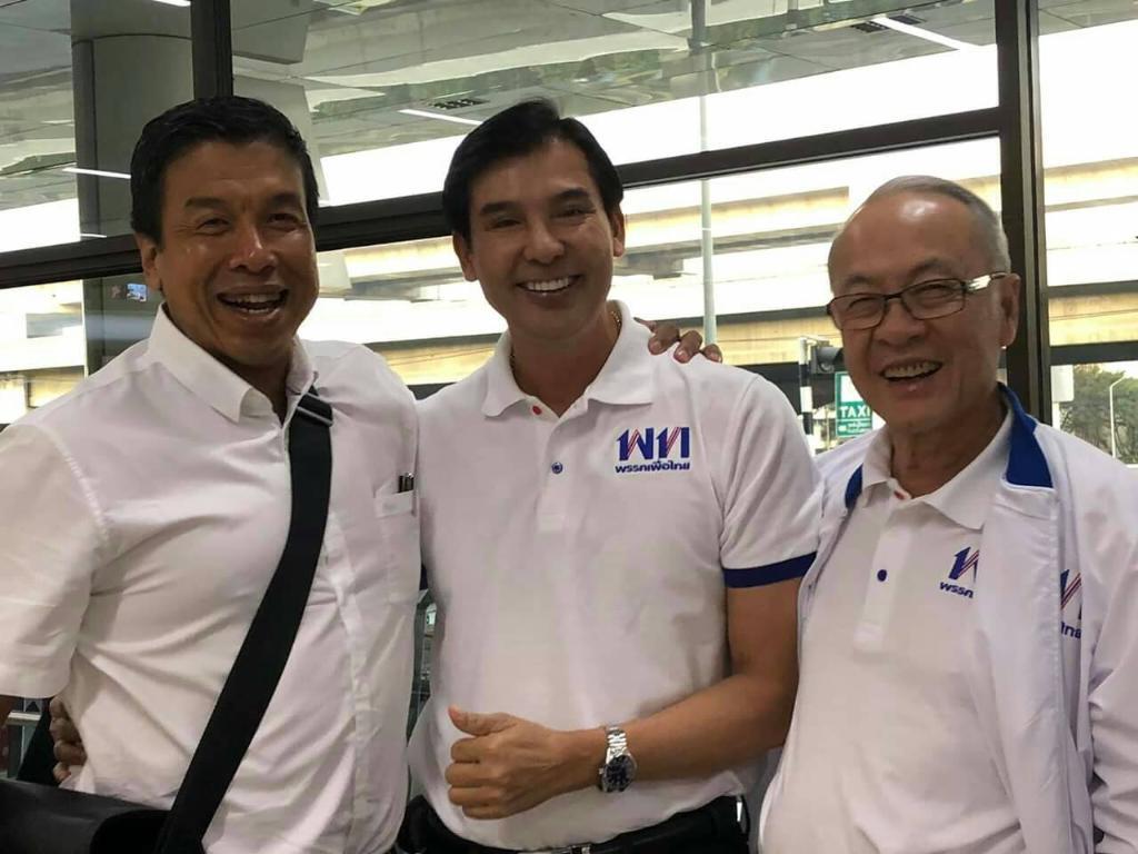 (แฟ้มภาพ) นายพร้อมพงศ์ นพฤทธิ์ อดีตโฆษกพรรคเพื่อไทย ถ่ายภาพร่วมกับ นายชัชชาติ สิทธิพันธุ์ และนายชัยเกษม นิติสิริ ผู้ถูกเสนอชื่อเป็นนายกรัฐมนตรีของพรรคเพื่อไทย