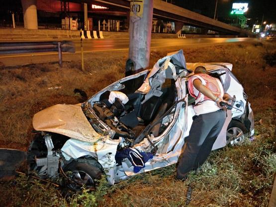 สาวซิ่งเก๋งชนท้ายรถยนต์ เสียหลักไปอัดกับเสาไฟฟ้าเสียชีวิตคาที่