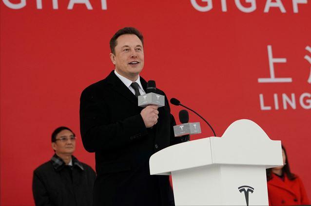 อีลอน มัสก์ ซีอีโอเทสลา กล่าวในพิธีเปิดโรงงานผลิตรถยนต์ไฟฟ้าเทสลา ที่นครเซียงไฮ้ (ภาพรอยเตอร์ส)
