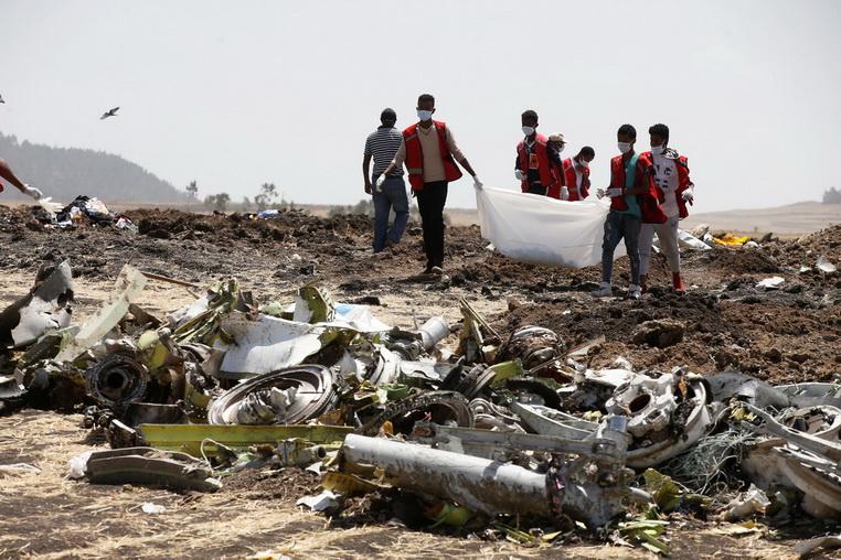 เจ้าหน้าที่สภากาชาดเอธิโอเปียเดินเก็บกู้ชิ้นส่วนศพผู้โดยสารเที่ยวบิน ET 302 ของเอธิโอเปียนแอร์ไลน์ส ซึ่งประสบอุบัติเหตุตกใกล้ๆ กรุงแอดดิสอาบาบา เมื่อวันที่ 12 มี.ค.