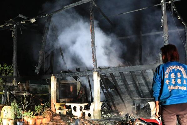สลด! ไฟไหม้วอดทั้งหลัง หญิงป่วยติดเตียงถูกคลอกดับคากองเพลิง รอดตายหวุดหวิด 5 ชีวิต