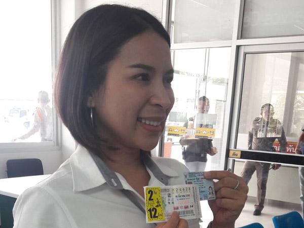 สุดเฮง! พนักงานขายรถสาวศรีสะเกษ ถูกลอตเตอรี่รางวัลที่ 1 รับเละ 12 ล้าน