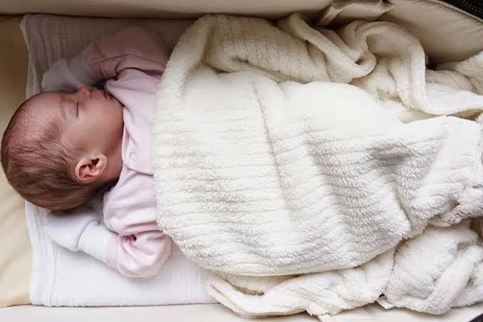 เทคนิคจัดที่นอน-ท่านอนให้ทารกน้อย ป้องกันตกเตียง พ่อแม่เบียดทับ