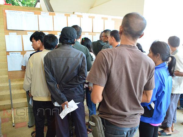 ทหาร ตำรวจและคนไทยในมาเลย์แห่ใช้สิทธิ์เลือกตั้งล่วงหน้าที่เบตงคึกคัก