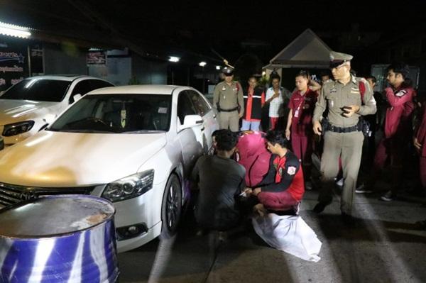 พบหนุ่มอินเดียนอนเสียชีวิตปริศนา พิงประตูรถเก๋ง ในตลาดแกรนด์ไนท์พลาซ่า อยุธยา