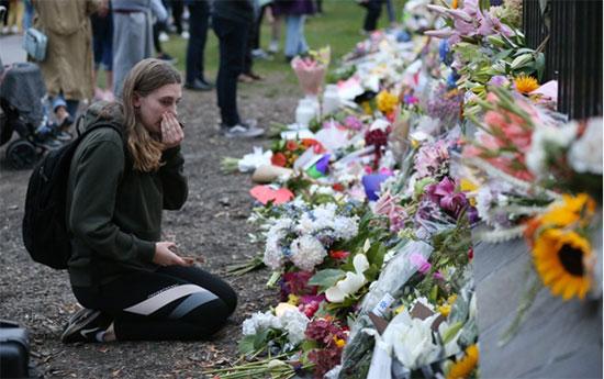 ประชาชนในนิวซีแลนด์ร่วมไว้อาลัย และวางดอกไม้ให้แก่ผู้เสียชีวิตจากเหตุการณ์กราดยิงมัสยิด 2 แห่ง ที่เมืองไครสต์เชิร์ช เกิดเหตุเมื่อวันศุกร์ที่ 15 มี.ค.ที่ผ่านมา