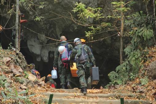 """เริ่มแล้ว!ผบ.หน่วยซีล นำทีมขอขมา""""เจ้าแม่นางนอน-จ่าแซม""""ก่อนลุยถ้ำหลวงเก็บอุปกรณ์ช่วยหมูป่าฯ"""