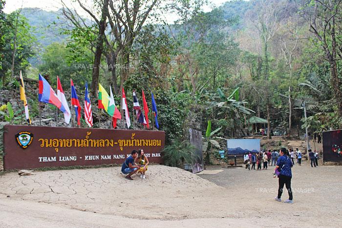 นักท่องเที่ยวมาชมและถ่ายภาพกับป้ายวนอุทยานถ้ำหลวงฯ เป็นที่ระลึก