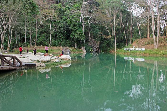 สระน้ำสีเขียวใสสวยงาม