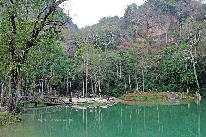 น้ำนิ่งจนต้นไม้สะท้อนเงาในน้ำชัดเจน