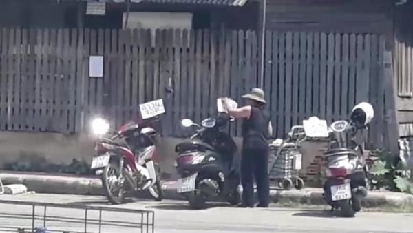 """ระอากันทั้งบาง!ยายหัวร้อนหวงถนนหลวง เขียนป้าย """"ควายจอด""""ติดหน้ารถจอดทางข้างบ้านทุกคัน"""