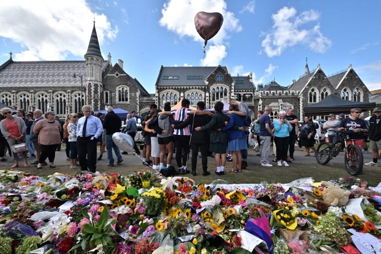 <i>กลุ่มนักเรียนนักศึกษา (กลาง) ร้องพลงที่ด้านหนึ่งของกองช่อดอกไม้ซึ่งผู้คนนำมาวางเพื่อร่วมแสดงความไว้อาลัยเหยื่อผู้เสียชีวิต ณ สวนพฤษศาสตร์ในเมืองไครสต์เชิร์ช ประเทศนิวซีแลนด์ เมื่อวันอังคาร (19 มี.ค.) 4 วันหลังเกิดเหตุกราดยิงมัสยิด 2 แห่งในเมืองนี้ ทำให้มีผู้เสียชีวิตไป 50 คน </i>