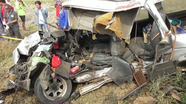 จุดตัดรถไฟไม่มีเครื่องกั้น ทำให้รถไฟพุ่งชนรถกระบะเสียชีวิต 3 บาดเจ็บ 1
