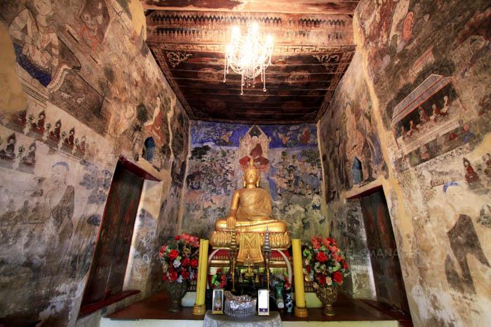 ภายในวิหารประดิษฐานพระพุทธรูปปางมารวิชัย