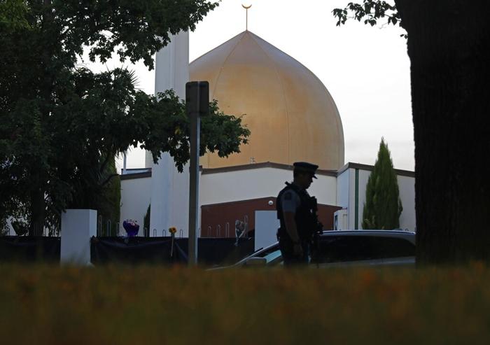 <i>ภาพมัสยิด อัล นูร์ ในเมืองไครสต์เชิร์ช ประเทศนิวซีแลนด์ ถ่ายเมื่อวันที่ 17 มีนาคม  โดยจะเห็นตำรวจยืนรักษาการณ์อยู่ตรงบริเวณด้านหน้า  ทั้งนี้หลังจากคนร้ายผิวขาวขวาจัดมุ่งเข้ามากราดยิงสังหารที่มัสยิดแห่งนี้ สังหารผู้คนไป 42 คนในวันที่ 15 มีนาคม </i>