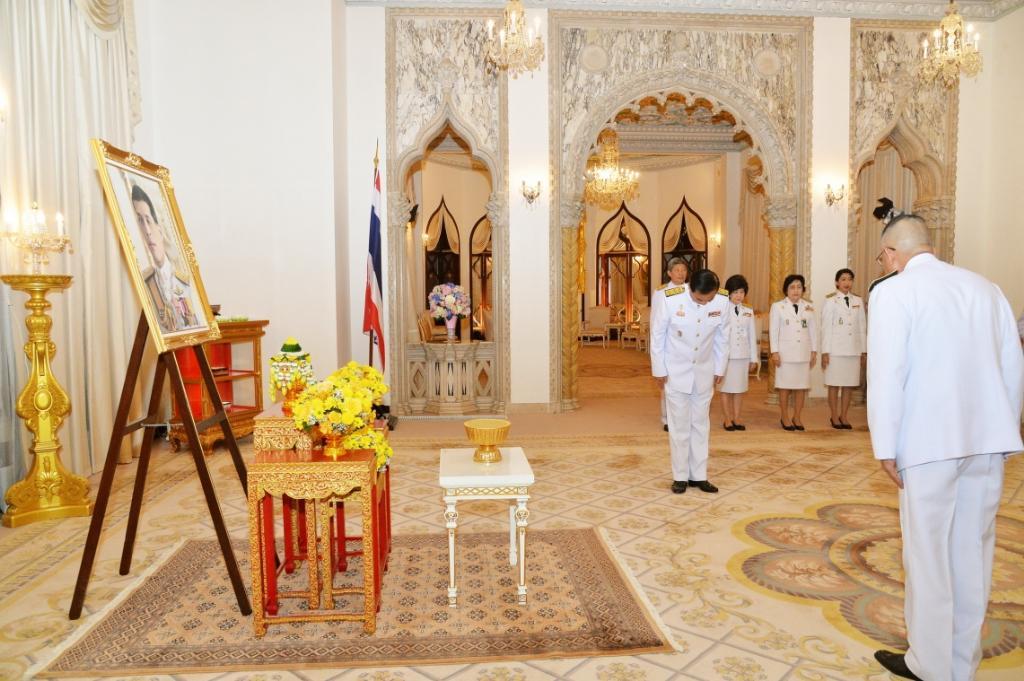 สมเด็จพระเจ้าอยู่หัว พระราชทานแจกันดอกไม้วันคล้ายวันเกิดนายกรัฐมนตรี