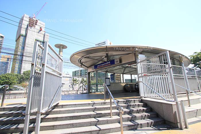สถานีรถไฟฟ้าใต้ดินหน้าศูนย์ประชุม