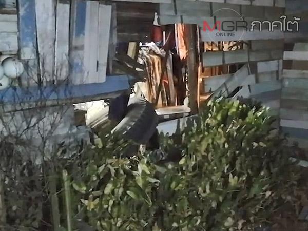 ไม่คาดฝัน! ล้อรถสิบล้อหลุดพุ่งชนร้านเสื้อพังยับ รถตามหลังหักหลบชนถังขยะอีกราย
