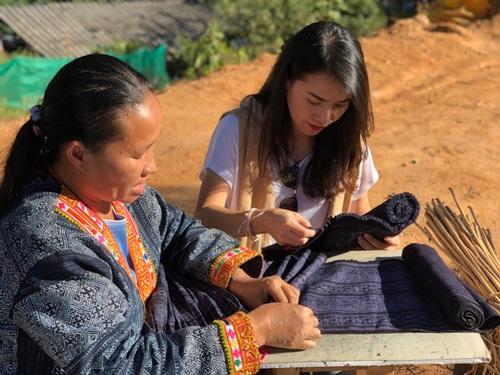 """ทีมงานกิจการเพื่อสังคม """"Craft de Quarr"""" ลงพื้นที่พัฒนาผ้าทอหมู่บ้านไทลื้อ บ้านร้องแง จังหวดน่าน  ในโครงการพัฒนาผลิตภัณฑ์พื้นบ้านล้านนาตะวันออก กระทรวงวัฒนธรรม"""