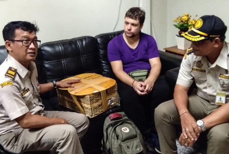 เจ้าหน้าที่สำนักงานอนุรักษ์ทรัพยากรทางธรรมชาติแห่งบาหลีเข้าไปพูดคุยกับ อันเดร เซสต์คอฟ นักท่องเที่ยวชาวรัสเซียซึ่งถูกจับกุมขณะพยายามนำลิงอุรังอุตังอายุ 2 ปีใส่ในกระเป๋าสาน เพื่อจะนำออกจากอินโดนีเซียผ่านทางสนามบินเดนปาซาร์