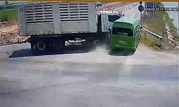 ด่วน! รถพ่วง 18 ล้อชนกับรถตู้โดยสาร ตกคลองชลประทานตายคาที 9 ราย บาดเจ็บอีกหลายราย