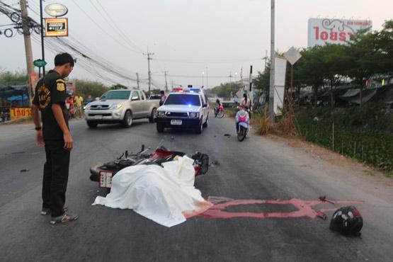 หนุ่มเบญจเพสขี่จยย.รอเลี้ยวกลางถนน ถูกชนเสียชีวิตคาที่