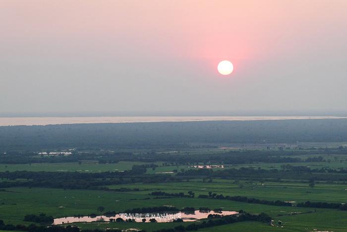 พระอาทิตย์ตกเหนือโตนเลสาบ