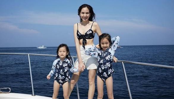 """""""พลอย ชิดจันทร์"""" พาครอบครัวเที่ยวทะเล หุ่นแบบนี้ใครจะรู้ลูกสี่!"""