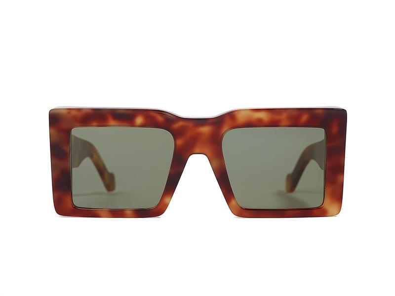 2. Squre Spoiler แว่นตาทรงหน้ากากจากรันเวย์โชว์ ด้วยลูกเล่นจากเลนส์กระจกสีทรงสี่หลี่ยม และเฟรมยืดด้านบนที่ตัดกัน เสริมความเท่ด้วยเลนส์สีกากีและสปอย์เลอร์เอฟเฟกต์ด้านหน้าของแว่นมอบสไตล์เรโทรให้กับลุคนี้