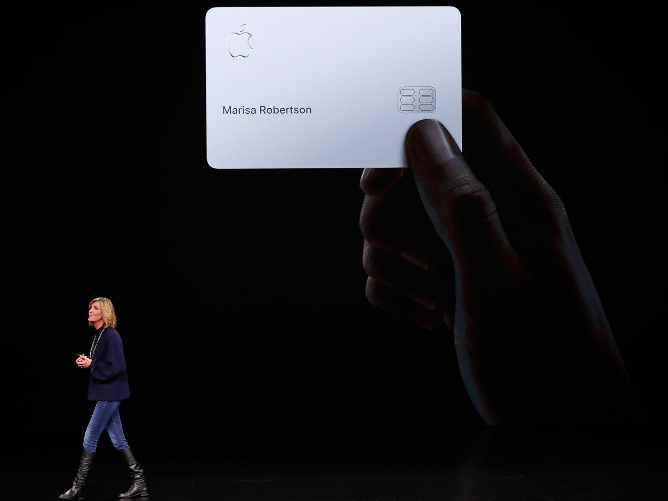 บัตรเครดิตใหม่ของ Apple Card สีขาวล้วน ไม่มีข้อมูลใดยกเว้นชื่อ