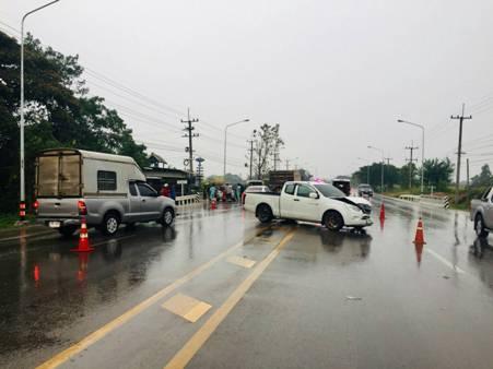 พายุฝนถล่มชายแดนแม่สอด ถนนลื่นรถชนระนาว-ไฟลัดวงจรลามไหม้หญ้า สนง.ชลประทานฯหวิดวอด
