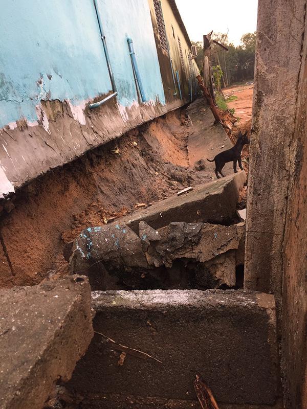 อบต บ่อวิน สั่งระงับสร้างโครงการหมู่บ้านจัดสรรหลังชาวบ้านร้อง ทำบ้านร้าว กำแพงทรุด